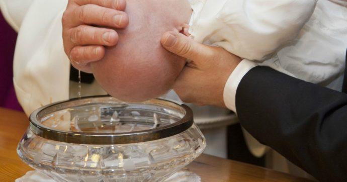 """Neonato muore affogato durante il battesimo: """"Il sacerdote l'ha immerso tre volte, ha inalato talmente tanta acqua da finire in arresto cardiaco"""""""