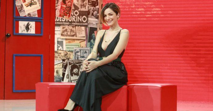 """La vita in diretta Estate, Andrea Delogu: """"Anche io ho la cellulite"""" e mostra le gambe alla telecamera"""