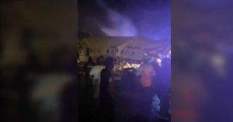 India, aereo passeggeri si schianta durante atterraggio: i primi video dal luogo dell'incidente. Il velivolo è spezzato