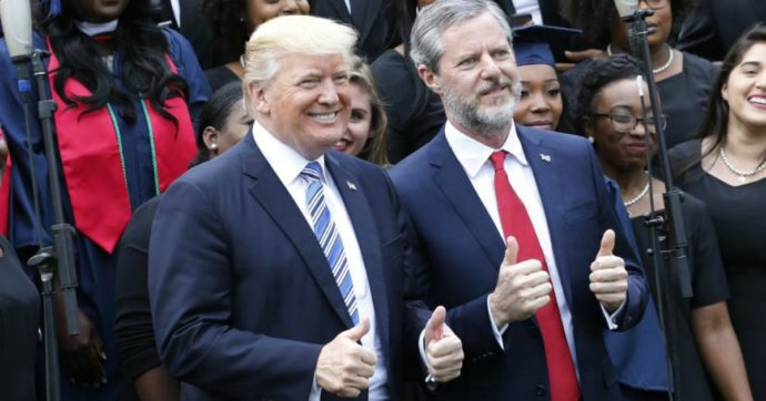 """Usa, su Instagram con la cerniera dei pantaloni abbassata: presidente pro-Trump di un prestigioso college evangelico """"congedato"""""""