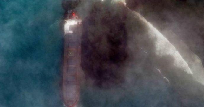 Mauritius, petroliera incagliata perde tonnellate di greggio in mare. È emergenza, Macron invia aiuti