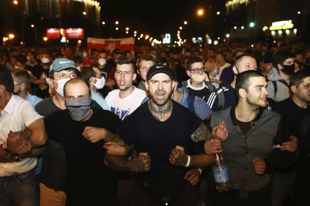 """Bielorussia, la vittoria di Lukashenko finisce nel sangue: un manifestante ucciso, feriti, 3000 arresti. Lui: """"Proteste dirette da Londra, Praga e Varsavia"""". Opposizione in rivolta: """"Brogli"""""""