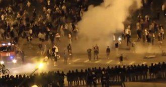 Bielorussia, scontri tra polizia e manifestanti dell'opposizione dopo la vittoria schiacciante di Lukashenko. Almeno un morto e dozzine di feriti