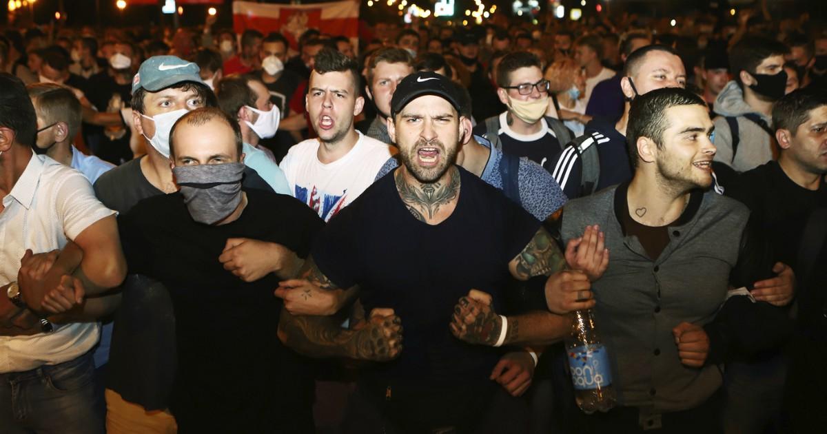 """Bielorussia, la vittoria di Lukashenko finisce nel sangue: un manifestante ucciso, ferito, 3.000 arresti. Lui: """"Manifestazioni dirette da Londra, Praga e Varsavia"""". Opposizione in rivolta: """"Brogli"""""""