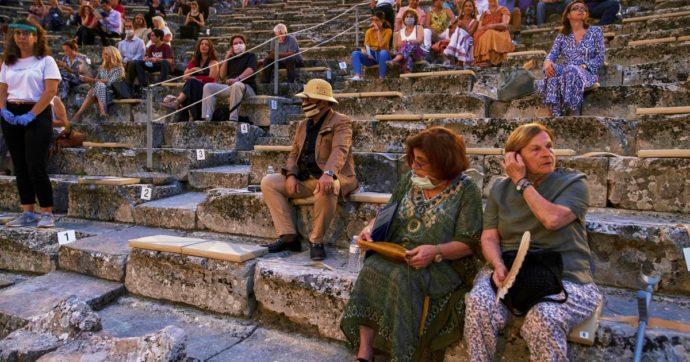 """Coronavirus, in Grecia tornano le restrizioni: vietati gli eventi in piedi e limitazioni per bar e ristoranti. Esperto: """"È la seconda ondata"""""""