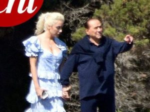 Silvio Berlusconi e la compagna Marta Fascina mano nella mano in Sardegna: paparazzati sul mega yacht