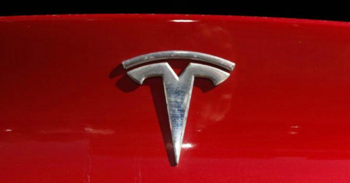 """Tesla ingrana la quinta in borsa, con lo """"split"""" delle azioni. In un anno + 574%"""