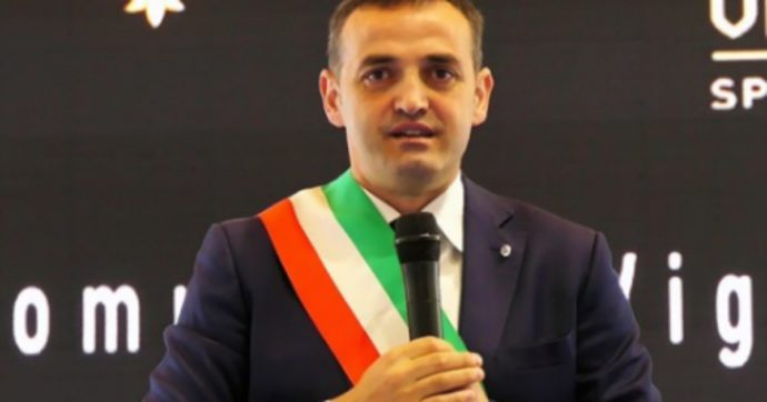 Il sindaco di Viggiano (Lega) ha preso il bonus previsto da un bando fatto dalla sua giunta. E finanziato con le royalty del petrolio