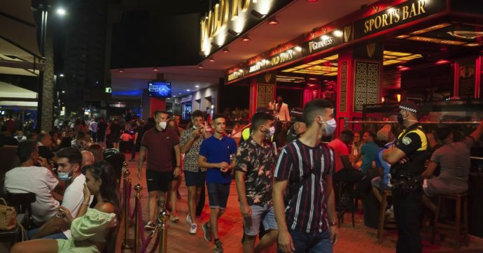 Discoteche chiuse e divieto di fumare in strada: in Spagna stretta sulla movida dopo aumento dei contagi