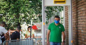 """Napoli, tornati dalle vacanze in fila al Cotugno per i tamponi. Ma i vertici dell'ospedale: """"Non sono queste le procedure"""" – LE FOTO"""
