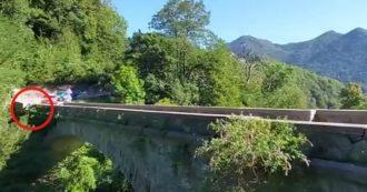 Giro di Lombardia, in un video ripreso dal pubblico il momento dell'incidente di Evenepoel: la curva poi la caduta
