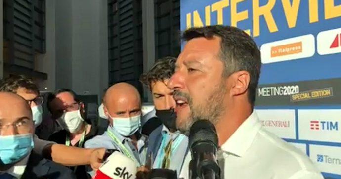 Salvini: 'A Lampedusa i migranti passeggiano tra i turisti che poi portano il Covid nelle loro regioni'. Prefettura smentisce: 'Positivi isolati'