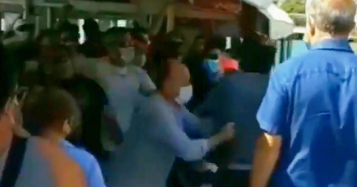 Venezia, pugni e spintoni alla fermata del vaporetto: la rivolta dei passeggeri contro il turista tedesco… thumbnail