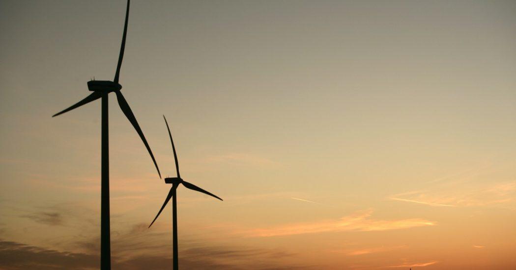 """Sardegna, il parco eolico in mare a 35 km dalla costa convince gli ambientalisti: """"Via d'uscita dal carbone"""". Ma sindaci e Regione si mettono di traverso"""