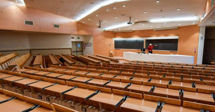 Tra mascherine e aule riempite a metà l'Università italiana prova a ripartire. Dubbi (e qualche apprezzamento) dai docenti