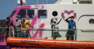 """""""Non riusciamo a manovrare"""". Sos della Louise Michel finanziata da Banksy: 219 i migranti a bordo. Interviene la guardia costiera italiana"""