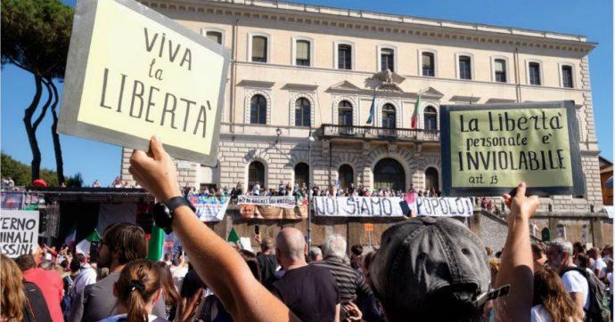 """No Mask, a Roma negazionisti del Covid ed estrema destra. Speranza: """"Vedere una piazza di negazionisti mi fa rabbrividire"""""""