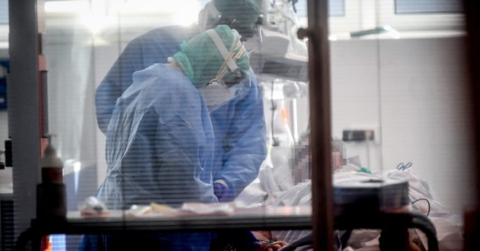 Coronavirus, 630 morti nelle ultime 24 ore: sono più di 50mila da inizio pandemia. Stabili i nuovi casi: 22.930 con 148mila tamponi