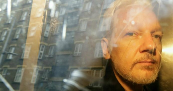 Wikileaks, Julian Assange a processo a Londra: rischia 175 anni se estradato negli Stati Uniti