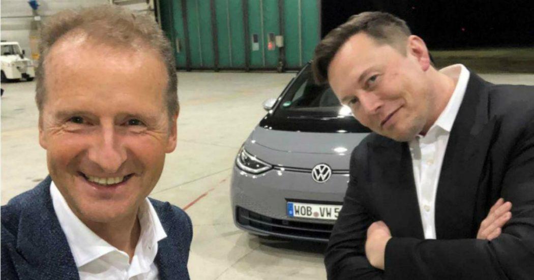 """Elon Musk guida la Vw ID.3, l'ad Diess sui social: """"nessuna collaborazione in corso"""""""