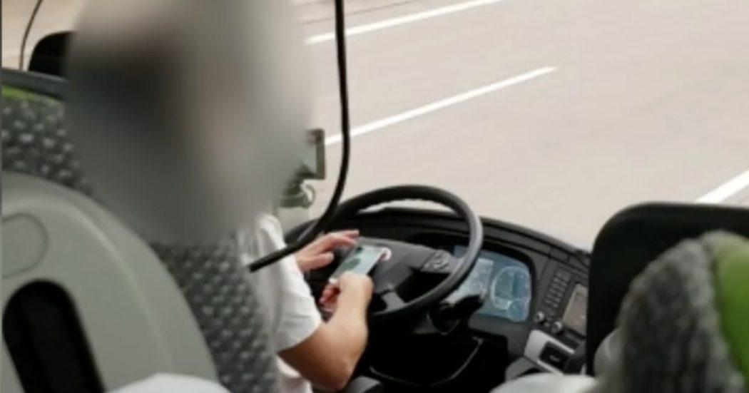 L'autista guida giocando al cellulare, la video denuncia di due passeggeri Flixbus in viaggio verso Zurigo