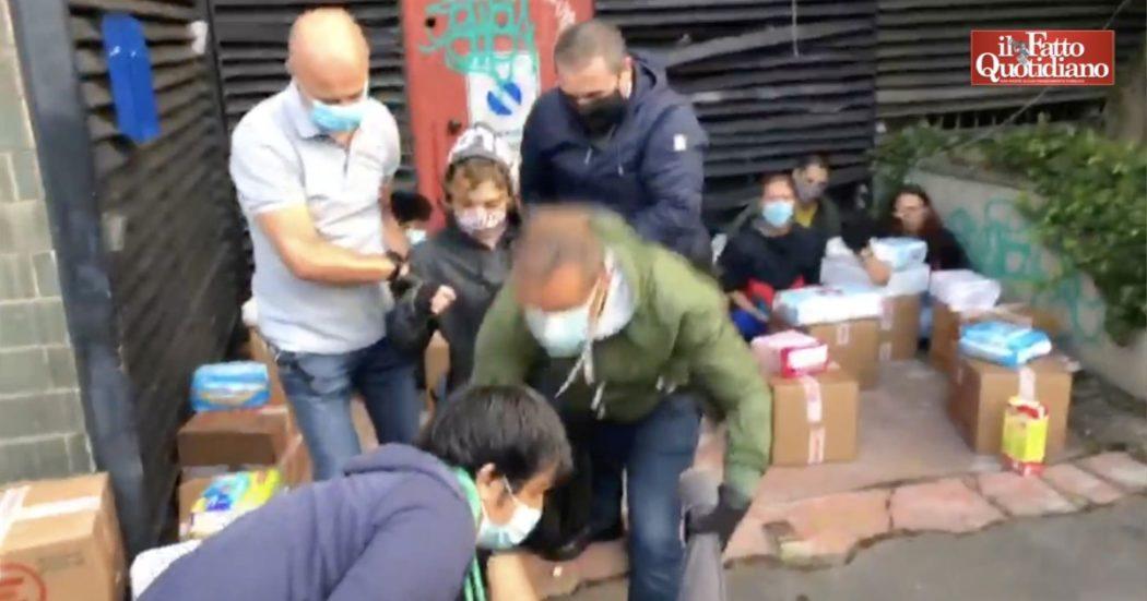 Milano, sgomberato lo spazio occupato per distribuire cibo alle famiglie in difficoltà: volontari sollevati di peso e scatoloni sul marciapiedi