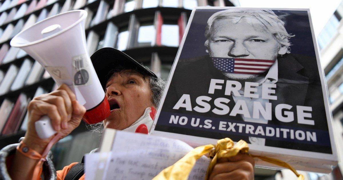 Assange è già in manette, ma lo arrestano di nuovo