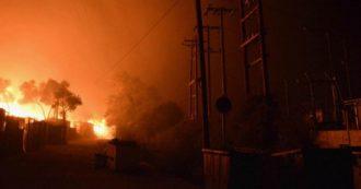 """Incendio nel campo migranti a Lesbo: migliaia di sfollati. Le autorità greche: """"Fiamme appiccate dai profughi per protesta"""""""