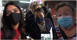 """Conte alla festa dell'Unità tra selfie e lodi dei militanti: """"Prima schiacciato, ora ha dimostrato capacità. Ci mette la faccia"""" – Il videoracconto"""