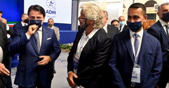 """Grillo all'evento dell'Agenzia delle Dogane: in platea seduto accanto a Bettini, lo """"stratega"""" del Pd. Poi a Conte e Di Maio: """"Avanti così"""""""