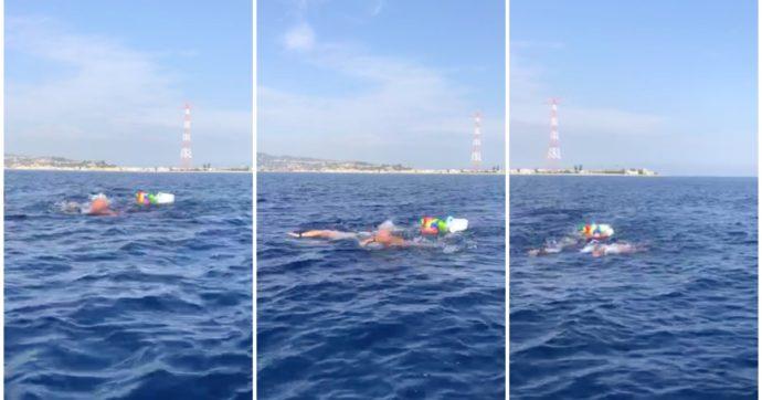 """Biologo attraversa lo stretto di Messina a nuoto per denunciare l'inquinamento da plastica: """"Otto milioni di rifiuti in mare ogni anno"""""""