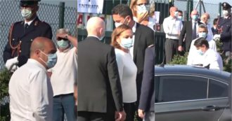 Funerali Willy, il feretro arriva tra gli applausi. Anche Conte, Zingaretti e Lamorgese in camicia bianca come chiesto dalla famiglia – Video