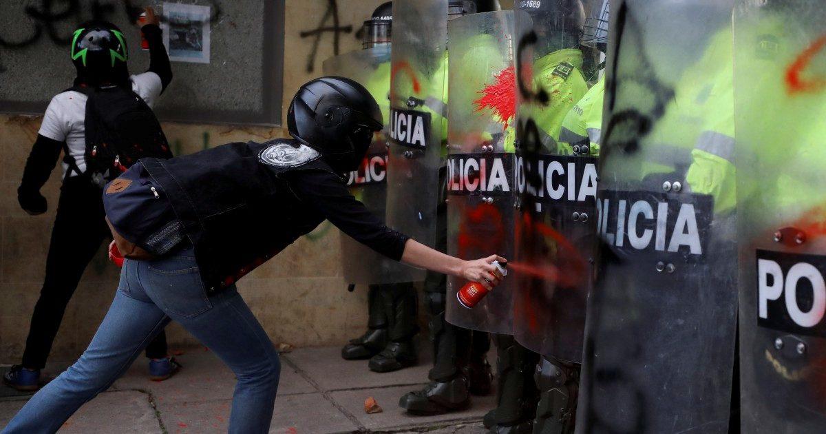 Bogotá, rivolta contro la polizia