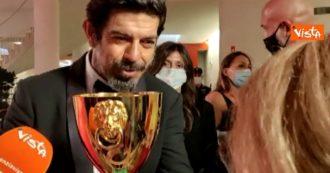 """Mostra del Cinema di Venezia, l'ironia di Favino dopo il premio: """"Quanto pesa? Tanto…vede che sto sudando"""". E fa misurare la coppa alla giornalista"""