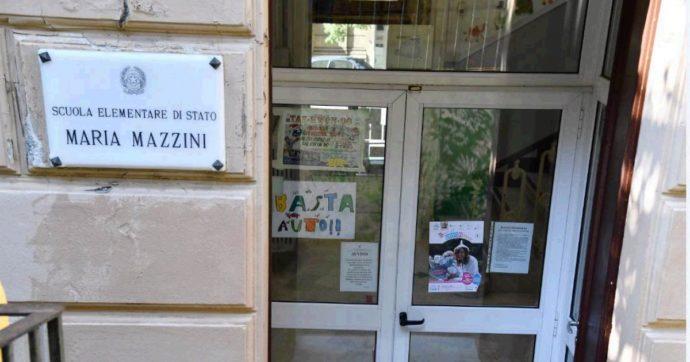 Genova, bambini che scrivono sulle sedie: arrivati i 250 banchi alla scuola della foto