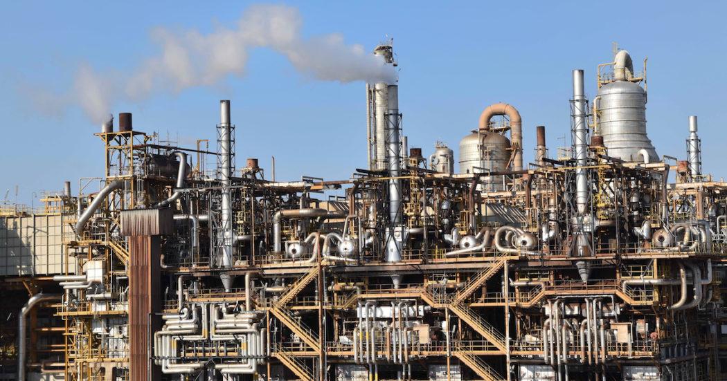 """Clima, la Corte dei Conti a Bruxelles: """"Industrie responsabili del 94% dei gas serra potranno inquinare gratis fino al 2030. Rivedere mercato Ue del carbonio"""""""