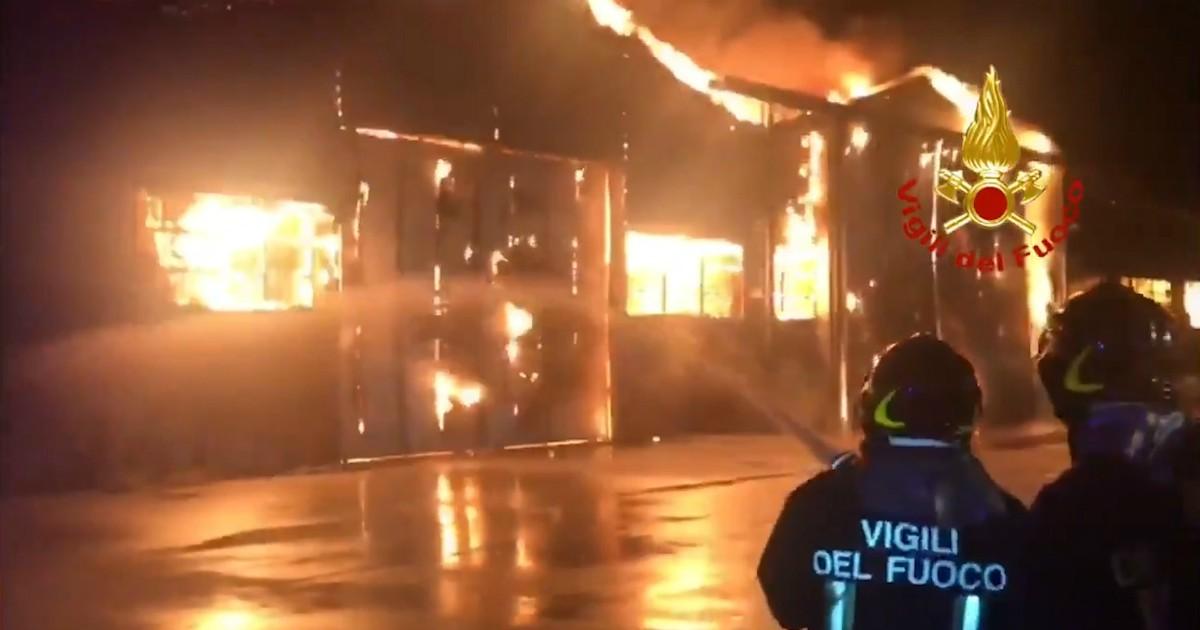 Ancona, gigantesco rogo al porto: fiamme e fumo visibili a chilometri di distanza thumbnail