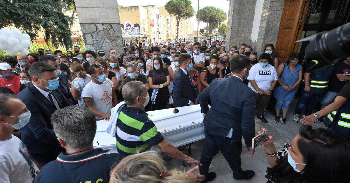 """I funerali di Maria Paola a Caivano, il rione """"difende"""" il fratello: """"L'omofobia non c'entra"""""""