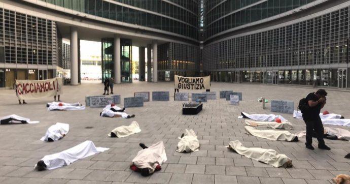 """""""Cacciamoli"""". A Milano il flashmob contro Regione e Comune delle Brigate volontarie, che aiutarono i cittadini durante il lockdown"""