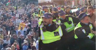 Coronavirus, a Londra centinaia di No Mask in piazza contro il blocco che contestano il divieto di raduno: scontri con la polizia