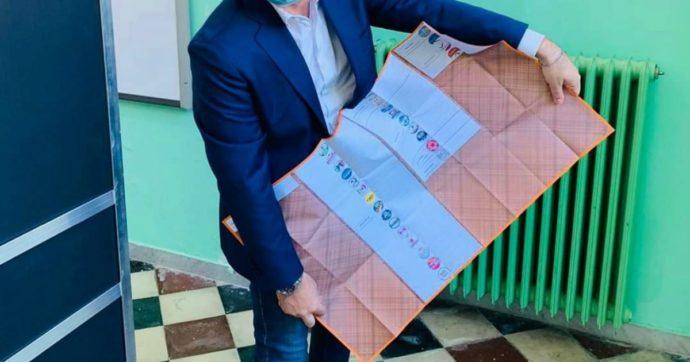 """Regionali, molte liste a supporto di Emiliano e De Luca: la scheda diventa gigante. Ironia sui social: """"È grande quanto un lenzuolo"""""""
