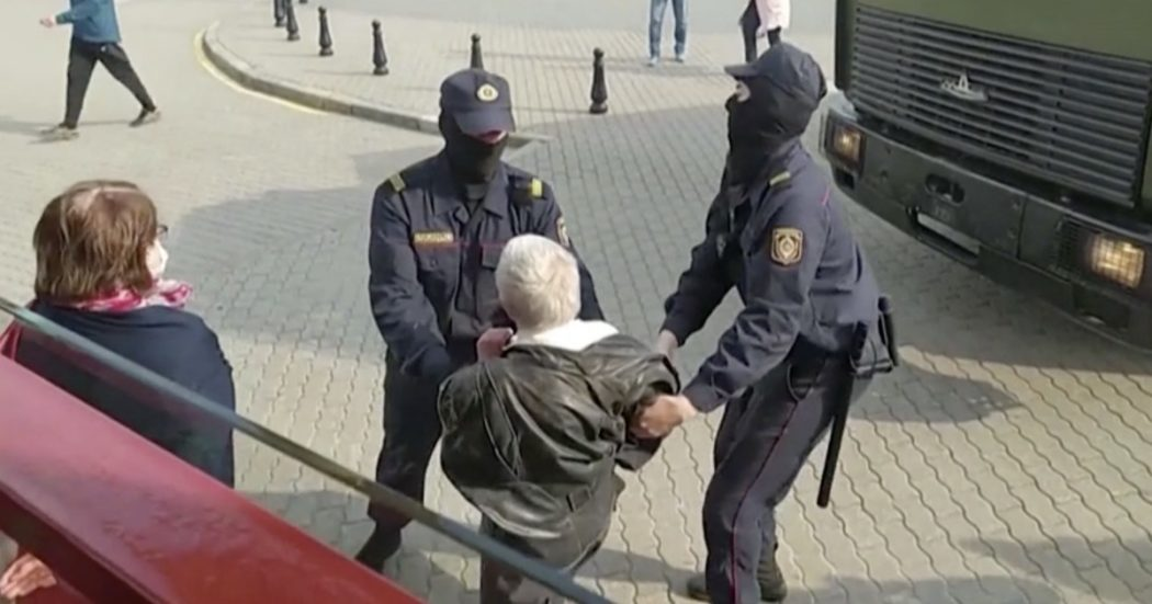 """Rassegna Stampa:"""" La protesta è donna, anziana arrestata a Minsk. Il suo nome è Nina Bahinskaya, 73 anni, era in testa al corteo contro Lukashenko - Rassegna Stampa """""""
