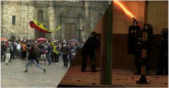 Colombia, manifestanti in piazza a Bogotà: la polizia lancia lacrimogeni sulla folla - Video