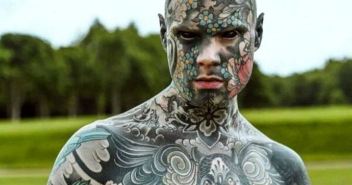 """Troppi tatuaggi, non può fare il maestro d'asilo: """"Spaventa i bambini"""""""