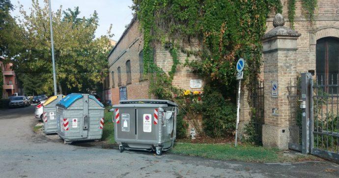 Federico Aldrovandi, cassonetti di rifiuti davanti alla targa che ricorda l'omicidio