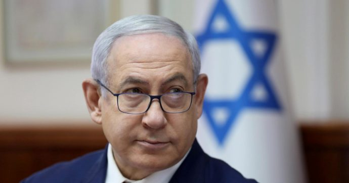 """Israele, riprende il processo a Netanyahu. L'accusa: """"Grave corruzione"""". Lui attacca: """"Tentativo di golpe"""""""