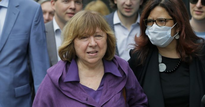 La premio Nobel Svetlana Alexievich lascia la Bielorussia: gli altri membri del consiglio dell'opposizione tutti in carcere o in esilio