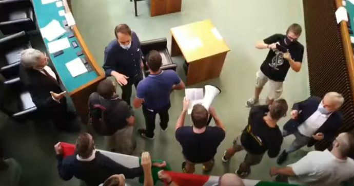 """Dichiara in Aula che """"sparerebbe ai migranti"""", sospeso in Friuli il consigliere leghista Calligaris. Ma il Carroccio si astiene"""