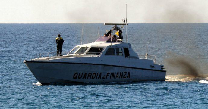 Lampedusa, Guardia di Finanza insegue peschereccio tunisino che non si è fermato all'alt: arrestato comandante