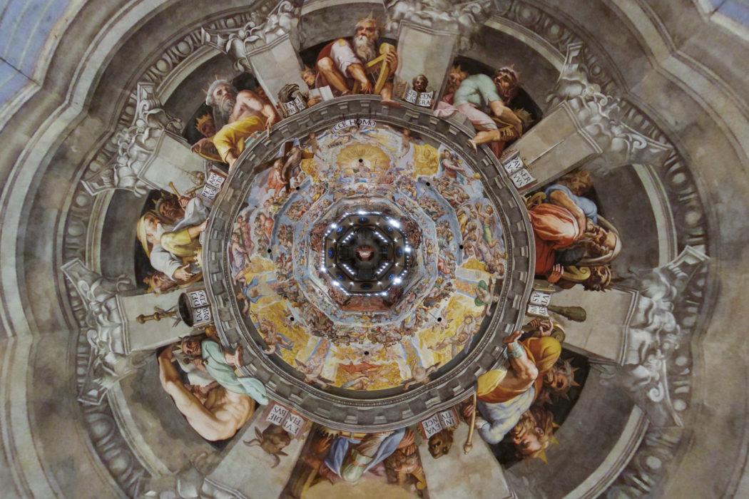 Firenze, Cattedrale di Santa Maria del Fiore, il Giudizio Universale di Vasari e Zuccari nella Cupola del Brunelleschi fotografato per la prima volta nella sua storia dall'alto verso il basso in pianta ortogonale. Una macchina fotografica radiocomandata è stata calata con 85 metri di filo da pesca all'interno della volta della Cupola dalla sommità della lanterna.